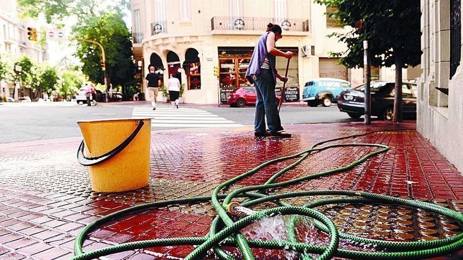 Los porteños ya pueden denunciar a los encargados de edificios que desperdicien agua en las veredas